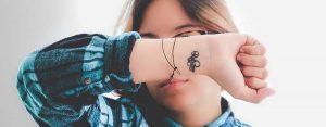 55+ Frasi da tatuare sulla vita: belle e corte